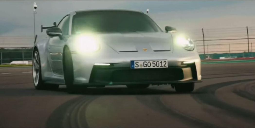 阿湯哥駕駛新世代911 GT3在賽道上奔馳。 截自SeventySixBucks...