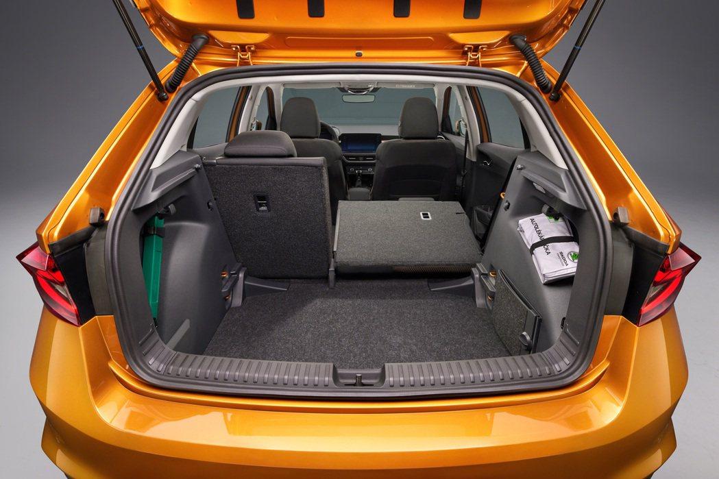 新世代ŠKODA Fabia後座全數打平後,行李箱空間兼能提升至1,190公升。...