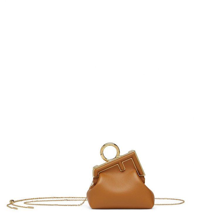 First系列焦糖色Nano鍊帶包,30,500元。圖/FENDI提供