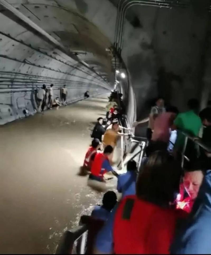 鄭州地鐵五號線內救援場景。圖/《南方人物周刊》