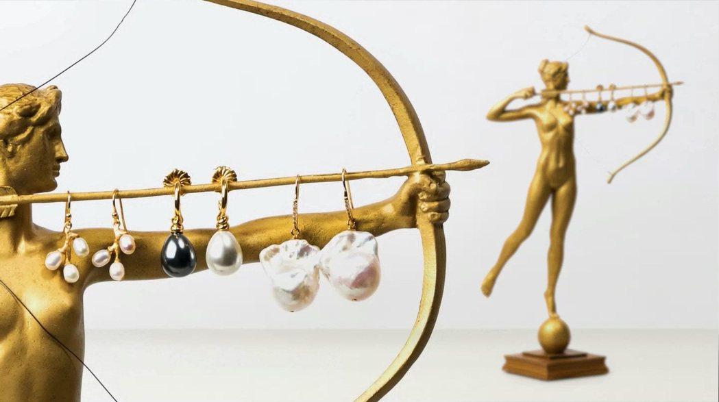 富邦藝術基金會推出多款藝術珠寶首飾,讓民眾可以跟著藝術名畫學穿搭。富邦藝術基金會...