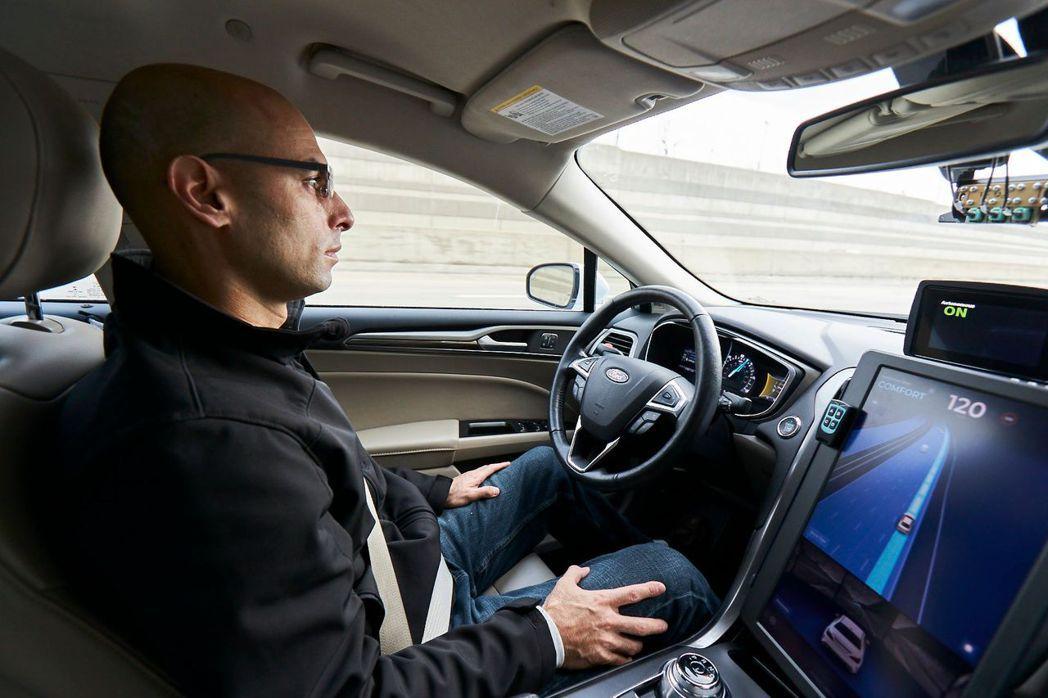 紐約州明文規定,汽車駕駛至少要有一隻手握住方向盤。但Mobileye取得特殊許可...