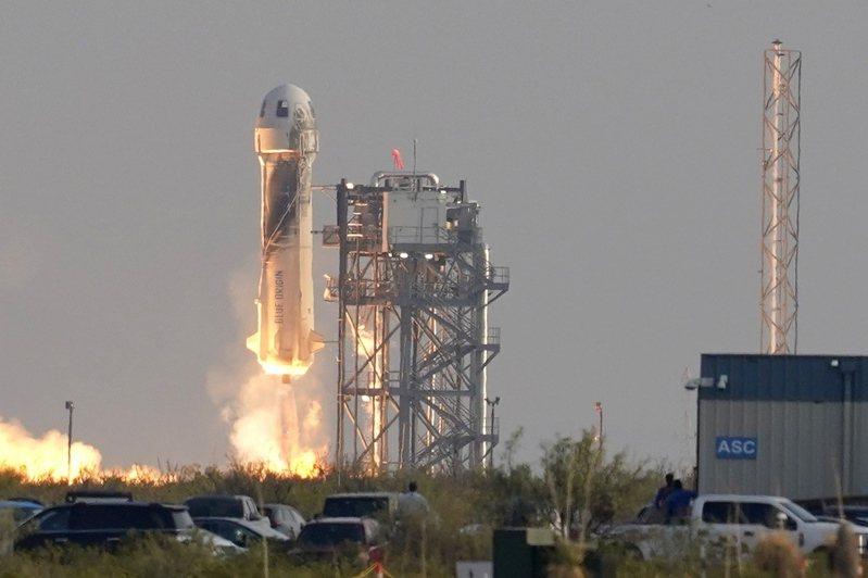 貝佐斯一行人20日搭乘火箭,進入太空後,成功回到地面。(美聯社)