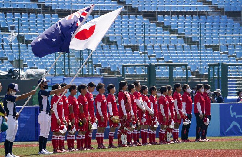 東京奧運23日舉行開幕式,但21日就有比賽開打,包括上午在福島市舉行的女壘日本對上澳洲的比賽。明天傍晚起在宮城縣、北海道札幌市以及東京,舉行女子足球賽分組預賽。 美聯社