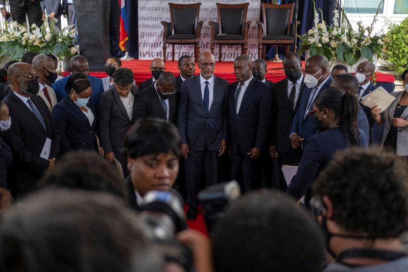 海地總統摩依士遇襲身亡兩週後,新任總理亨利今天宣誓就職,矢言改善國家敗壞的治安。路透