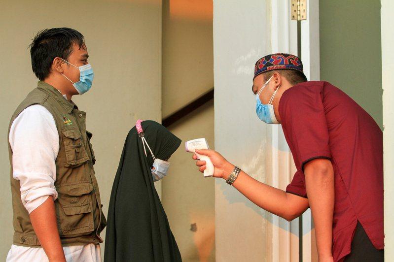 根據印尼COVID-19 (2019冠狀病毒疾病)抗疫工作小組,印尼今天通報新增1383人染疫病歿,再創紀錄新高。 路透社