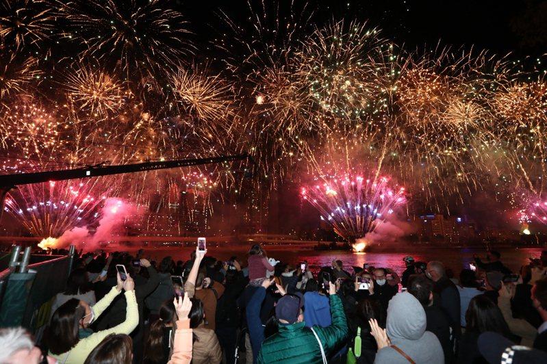 國際奧林匹克委員會今天投票後宣布,由澳洲布里斯本中選拿下2032年夏季運動會主辦權。同一時間布里斯本天空施放起慶祝煙火,大批民眾圍觀,難掩興奮喜悅之情。 美聯社