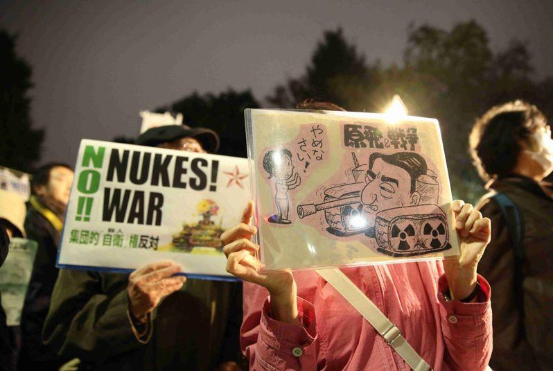 2014年11月11日,上千日本民眾示威,抗議安倍晉三頒布的一系列安保政策,並要求撤回《特定秘密保護法》和解禁集體自衛權等內閣決議。 (新華社)