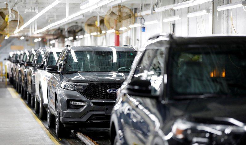 全球半導體供應短缺開始出現緩解跡象,包括晶片製造商承諾為先前被迫停產的汽車公司生產更多車用晶片。圖為福特組裝廠。路透