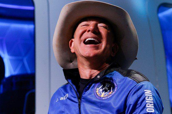 亞馬遜創辦人貝佐斯(Jeff Bezos)完成太空之旅。(路透)