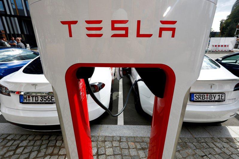 特斯拉(Tesla)的超級充電站(supercharger)。   路透