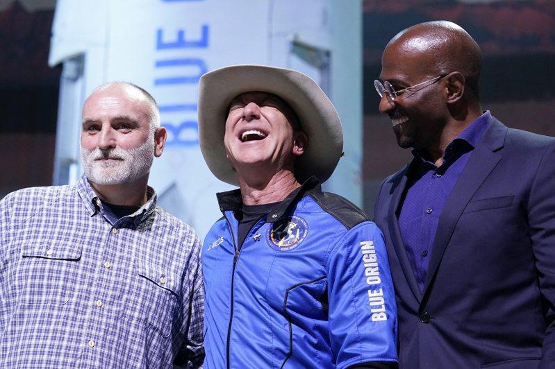 亞馬遜創辦人貝佐斯20日向兩位非營利組織創辦人范瓊斯(Van Jones,圖右者)和安德烈斯(José Andrés,圖左者)各頒發1億美元獎金。(美聯社)
