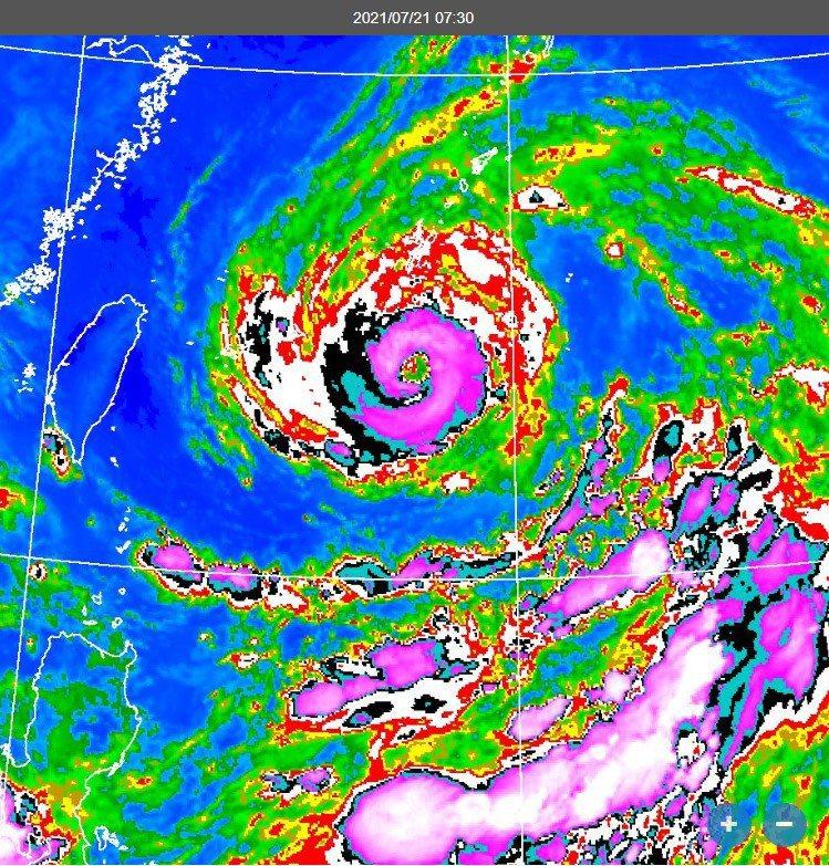 鄭明典以衛星雲圖表示,圖中烟花颱風紫色的眼牆雲系接近環繞一整圈,相對來說強度稍有增強。烟花颱風動向還有變數,預報中心將有新資料公布。圖/取自鄭明典在臉書