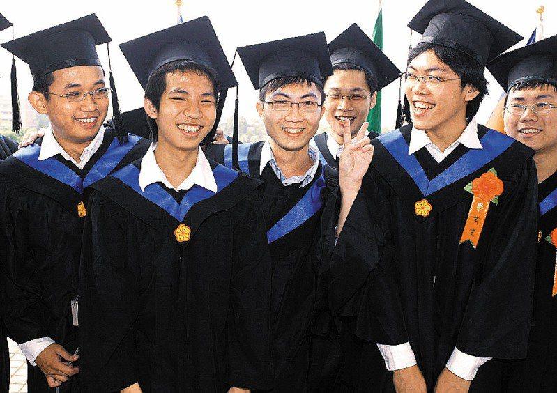 台大電機系的林建邑(左二)2005年以17歲的最小年齡畢業。圖/聯合報系資料照片
