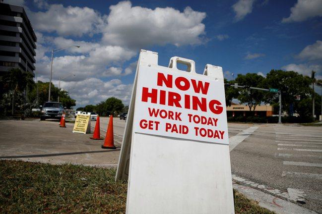 美國現在缺工嚴重,雇主祭出各式誘因,包括簽約金和托兒服務等。圖為邁阿密洗車場「今...