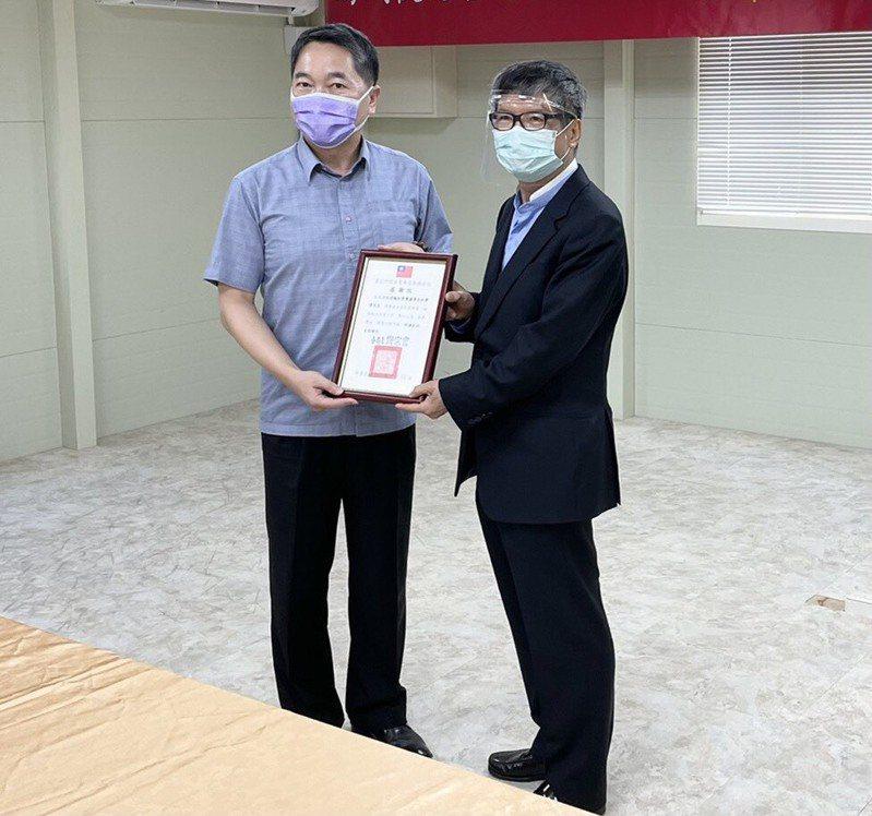南港分局長謝宗宏回贈南港輪胎榮譽董事長林學圃感謝狀。記者翁至成/翻攝