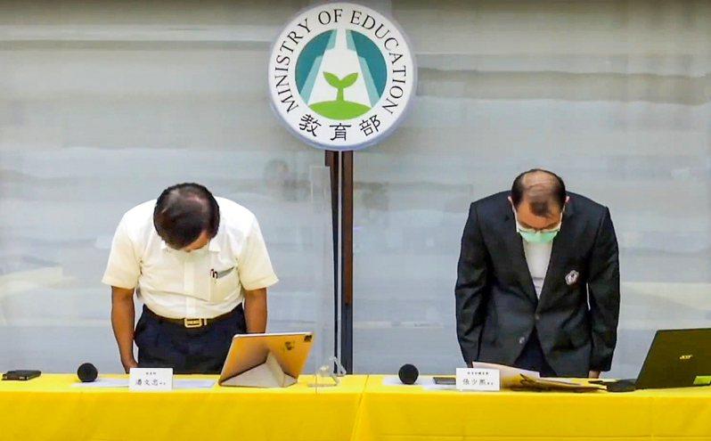 政府承諾參加國際重要賽事的選手和教練以搭乘商務艙為原則,19日出發的東京奧運選手卻搭乘經濟艙,引發外界抨擊,教育部長潘文忠(左)、體育署長張少熙(右)為此鞠躬道歉。記者陳柏亨/翻攝