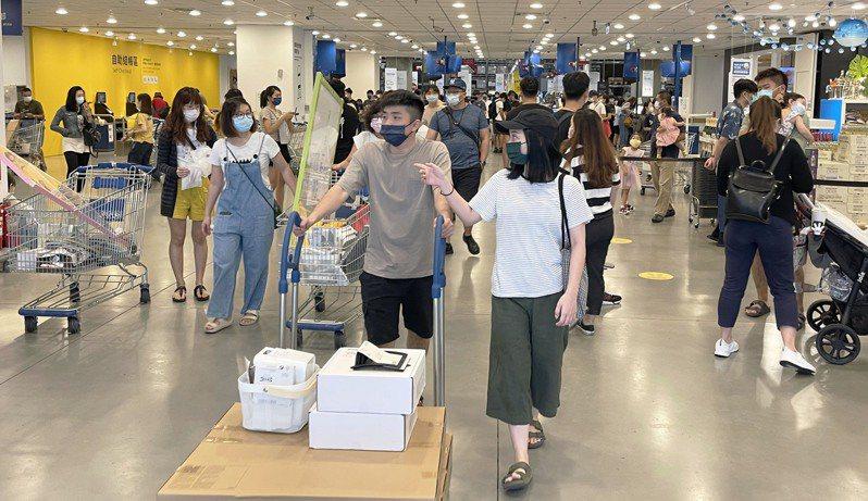 中央宣布微解封後,高雄IKEA店人潮眾多。本報資料照