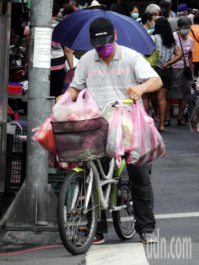 烟花颱風即將來襲,上午市場已經有許多民眾超前部署,到市場大包小包的採買青菜,也是另一種防颱準備。記者邱德祥/攝影