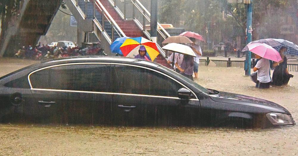 河南鄭州市城區20日嚴重淹水,大水灌入地鐵站,造成12死5傷。照片/人民日報