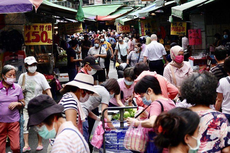 烟花颱風逼近,消費者忙備貨,護理師譚敦慈表示,蔬果買回家,先瀝乾水分再進冰箱,或先煮起來備用,正常購買不搶買,不僅可避免蔬果耗損,也可以延長賞味期限。本報資料照片