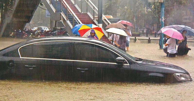 河南省近日遭遇極端暴雨,降雨量打破歷史紀錄,32座大中型水庫水位超限。照片/人民日報