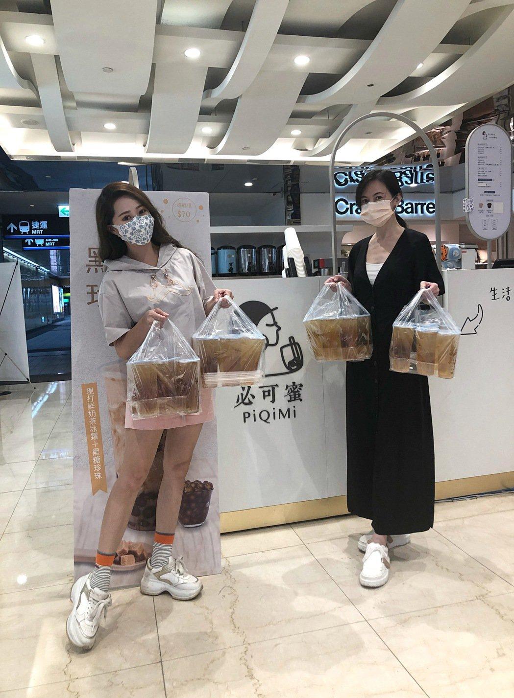 黃露瑤(左)為簡沛恩飲料店當外送小天使。圖/楠軒工作室提供