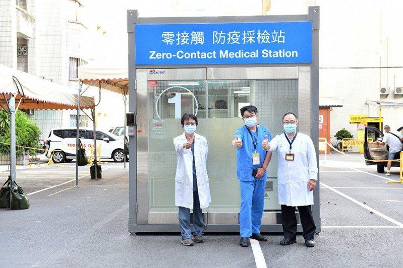 新竹台大分院新竹醫院院區新增一座由世界先進公司捐贈的「零接觸防疫採檢站」。圖/新竹台大分院提供
