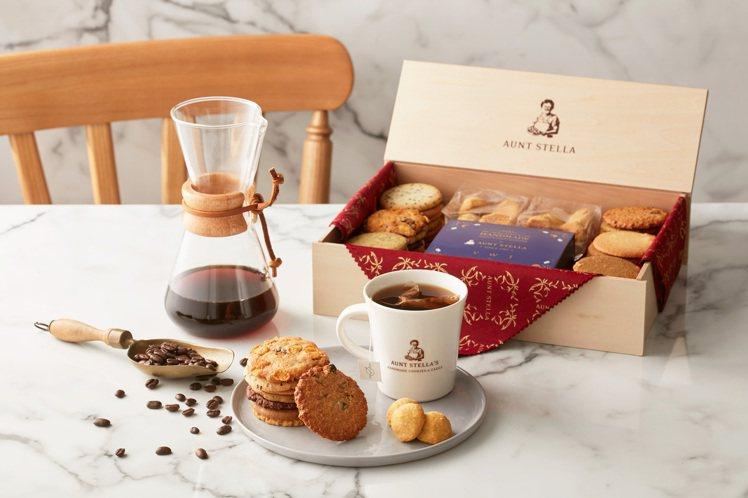 Aunt Stella與VWI合作推出「酩月之錦」禮盒,內含點心及咖啡濾泡包。圖...