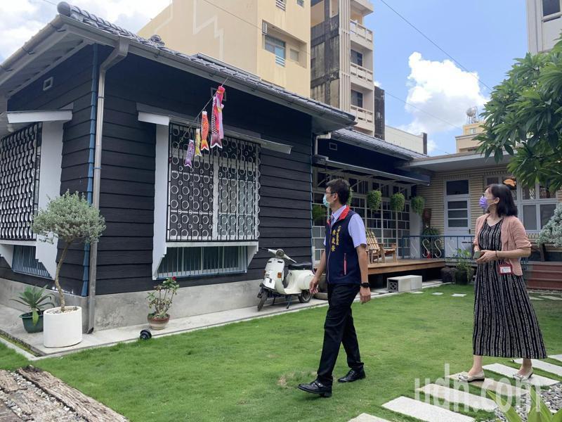 台南市六甲區公所今天在毛昭川老屋舉行六甲建築色鉛筆詩畫集發表會。記者吳淑玲/攝影