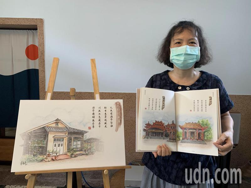 台南市六甲區公所退休員工蔡蕙璟花2年,一筆一畫完成,今天舉行六甲建築色鉛筆詩畫集發表會。記者吳淑玲/攝影