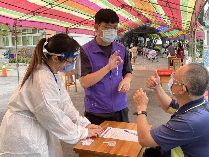 台中市社會局協助身障者也能順利登記及預約施打疫苗,提供復康巴士、個人助理、手語翻譯等服務,讓身障者安心防疫。圖/台中市社會局提供