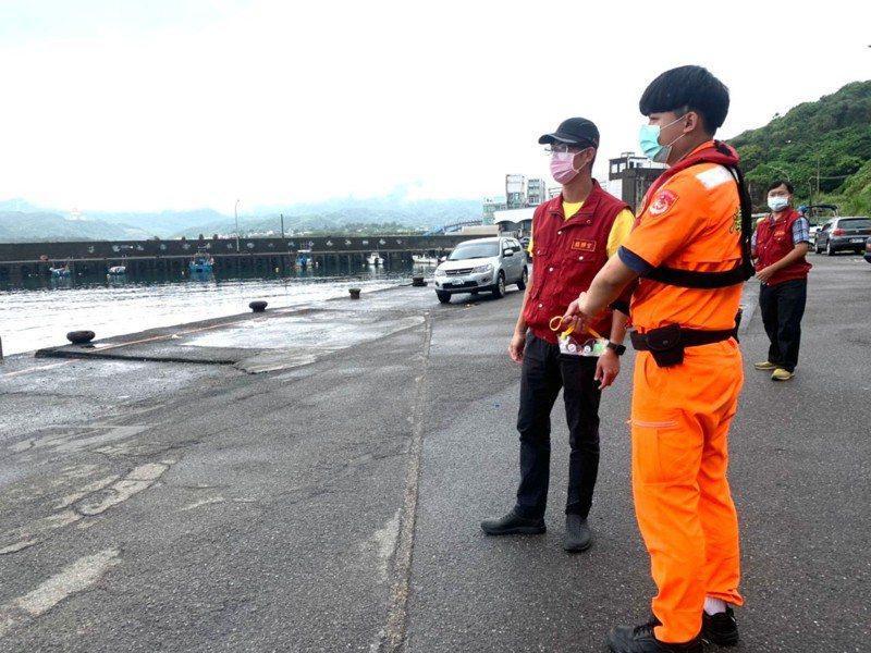 防颱又防疫民眾海邊觀浪,闖金山移開護欄開車進管制區。圖/金山區公所提供