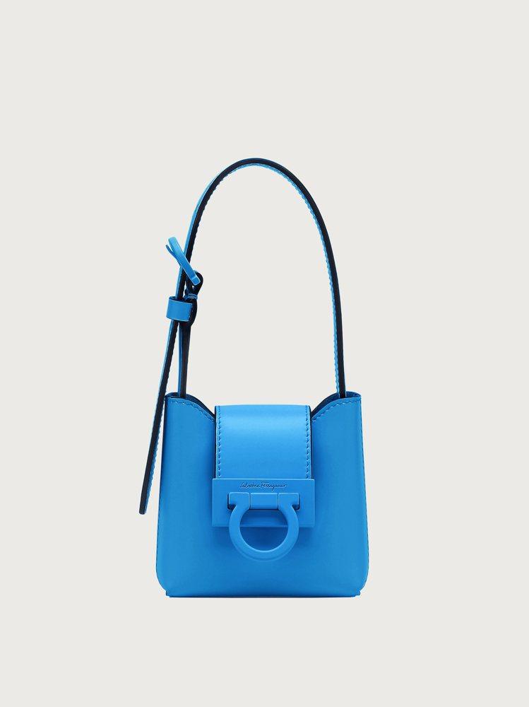 TRIFOLIO寶藍色金屬釦牛皮迷你手提包,26,900元。圖/Salvator...