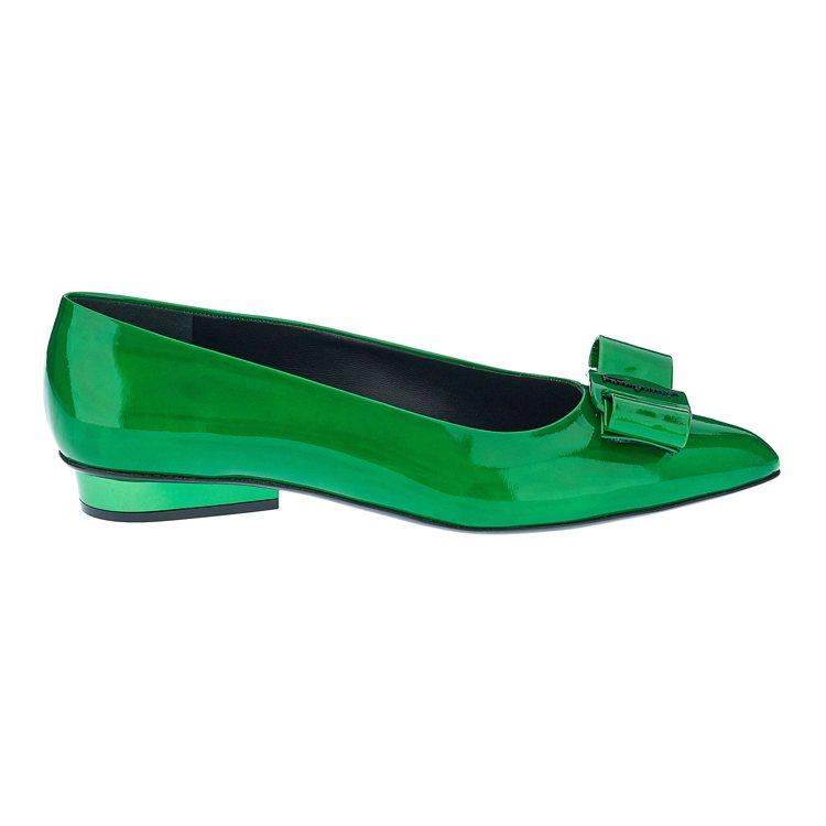 VIVA草綠色金屬鏡面尖頭平底鞋,25,900元。圖/Salvatore Fer...