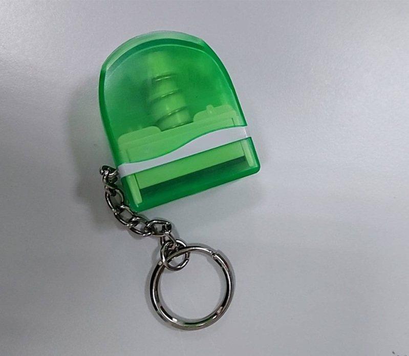 實聯制印章上面刻有長者的姓名及聯絡電話,並附有鑰匙圈方便攜帶。圖/萬榮鄉公所提供