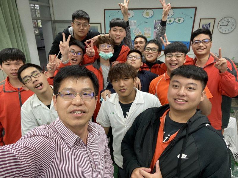 花蓮高工教務主任汪冠宏(前排左)從事教職28年,工作盡心負責,和學生互動良好,獲得今年師鐸獎肯定。圖/花蓮高工提供