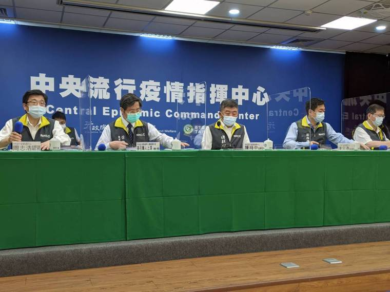 記者會第一排由左到右中央流行疫情指揮中心疫情監測組組長周志浩、專家諮詢小組召集人...