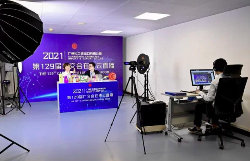 圖為廣州輕出集團股份有限公司人員在第129屆廣交會官網上直播。中新社
