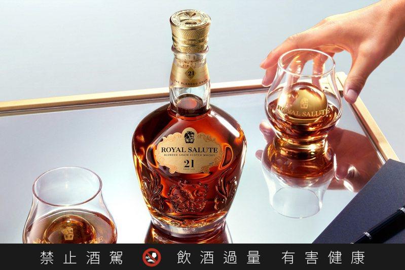 「皇家禮炮全新21年蘇格蘭威士忌——王者之鑽」精選來自已消逝的鄧巴頓酒廠的珍貴酒液進行調和。圖/保樂力加提供。提醒您:禁止酒駕 飲酒過量有礙健康。
