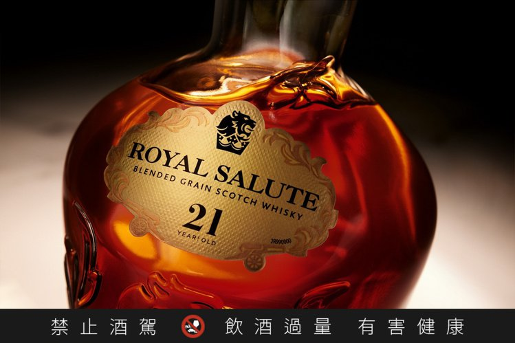「皇家禮炮全新21年蘇格蘭威士忌——王者之鑽」是皇家禮炮第一支採用閃耀如鑽的晶透...