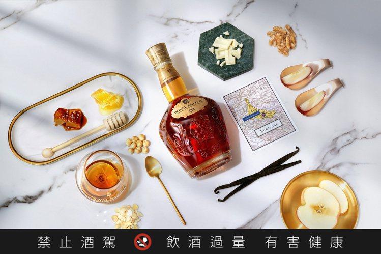 「皇家禮炮全新21年蘇格蘭威士忌——王者之鑽」揉和了如蜂蜜、奶油、焦糖、香草與堅...