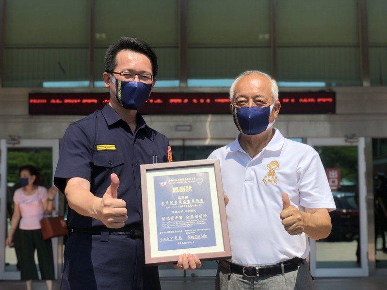 台南市警四分局長甘炎民(左),回贈感謝狀給安平開台天后宮主委盧友禮(右) 。圖/台南市警四分局提供