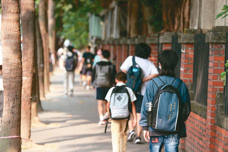 受到疫情影響,暑假無法出門參加營隊等活動,學生與家長對於如何準備學習歷程更感到焦慮。圖/聯合報系資料照片