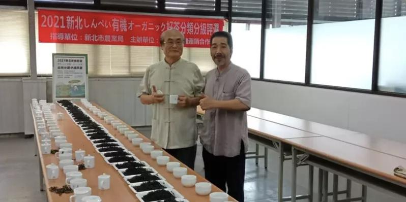 石碇農會7月初舉辦「新北美人茶」比賽,茶改場前場長陳國任(左)與另一位評審共同評茶。圖/陳國任提供