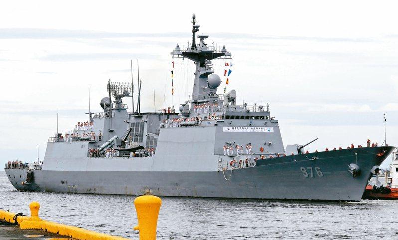 南韓軍艦「文武大王號」爆發新冠群聚感染,艦上逾半官兵確診。美聯社