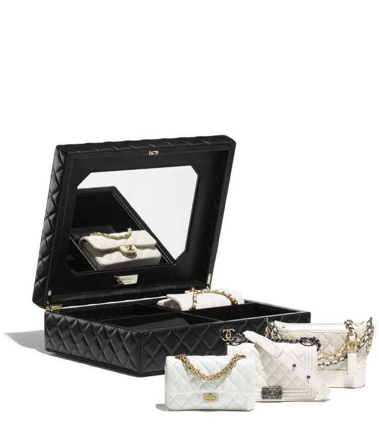 四款白色經典包與皮革箱,88萬5,700元。圖/摘自香奈兒官網