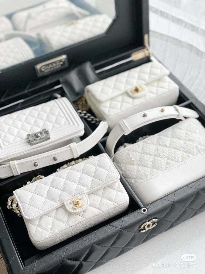 裡面有Classic、2.55包、Boy Chanel和Gabrielle四款包...