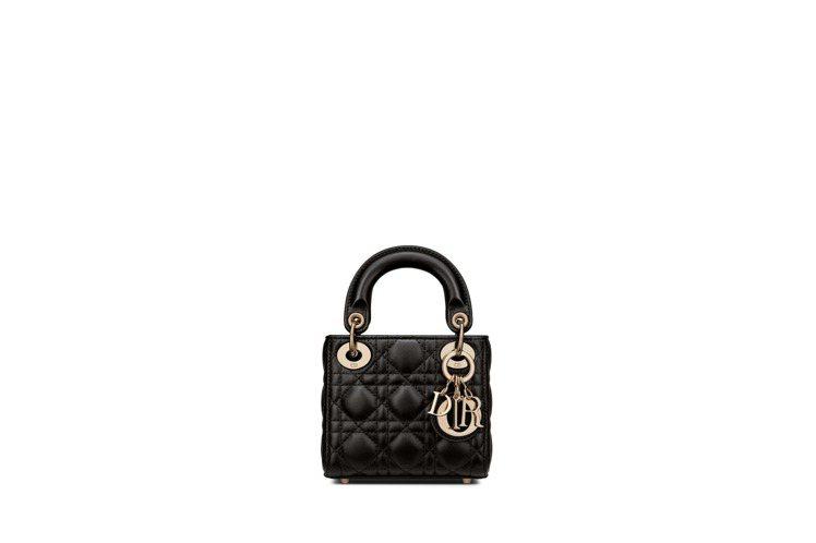 Lady Dior micro 純黑色籐格紋小羊皮提包,10萬元。圖/DIOR提...