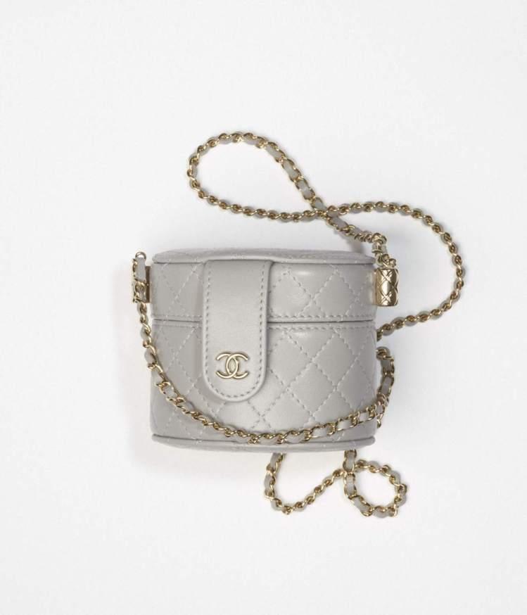小型鍊子化妝包,59,900元。圖/摘自香奈兒官網